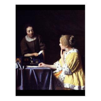 Señora con el Maidservant que lleva a cabo la letr Postal