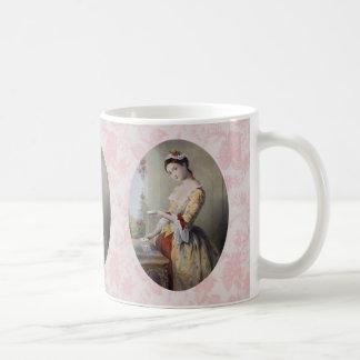 Señora con las tarjetas taza
