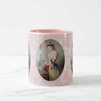 Señora con las tarjetas taza de dos tonos