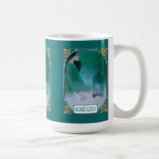 Señora con un birdcage taza