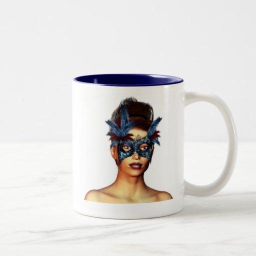 Señora con una máscara azul taza de café