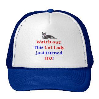 Señora de 102 gatos gorros bordados
