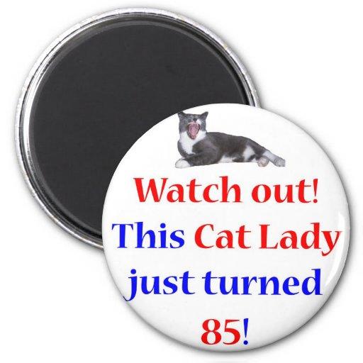 Señora de 85 gatos imán de frigorifico