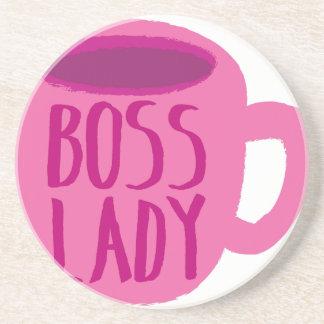 Señora de BOSS con una taza de café rosada Posavasos Diseño