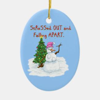 Señora de la nieve subrayada hacia fuera y adorno navideño ovalado de cerámica