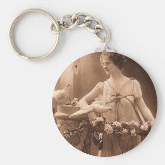 Señora de la paloma del vintage llaveros personalizados