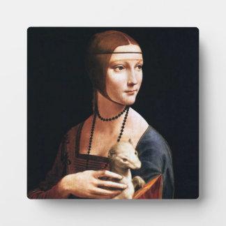 Señora de Leonardo da Vinci con una placa del armi