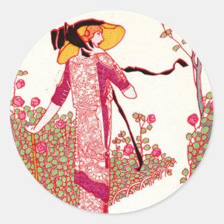 Señora de moda del art déco en una rosaleda pegatinas redondas