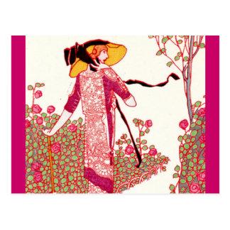 Señora de moda del art déco en una rosaleda postal