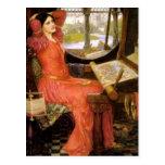 Señora de Shalott que se sienta en su escritorio Postal