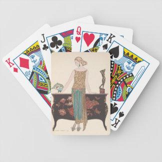 Señora del art déco - colocándose al lado de la baraja de cartas bicycle