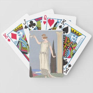 Señora del art déco - colocándose al lado del baraja de cartas bicycle