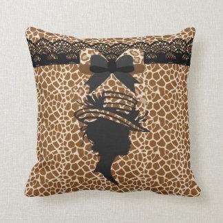 Señora del estampado de animales con la almohada