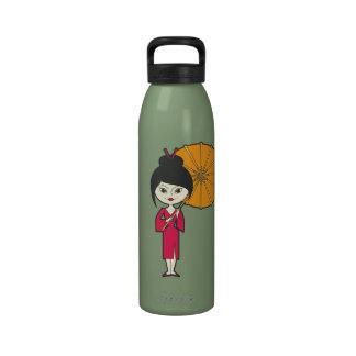 Señora del geisha del dibujo animado botallas de agua