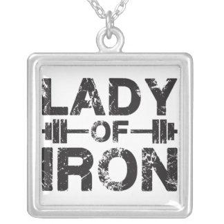 Señora del hierro collar plateado