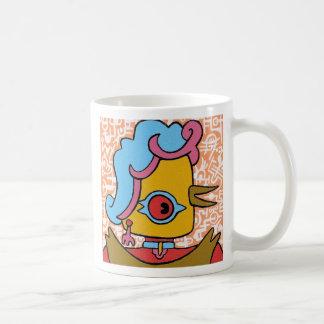 Señora del pájaro de la peluca que lleva tazas de café