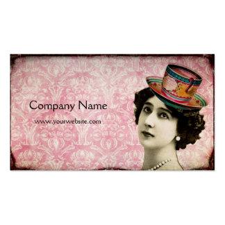 Señora del vintage con la tarjeta de visita del go