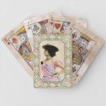 Señora del vintage con los naipes de la actitud baraja cartas de poker
