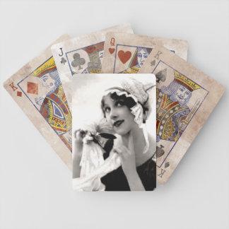 Señora del vintage con los naipes de la flor cartas de juego