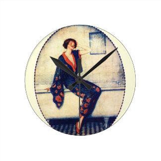 Señora del vintage en el cuarto de baño reloj redondo mediano