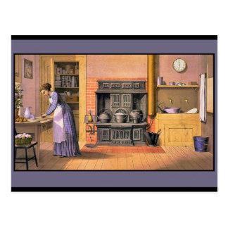 Señora del vintage en la cocina postal
