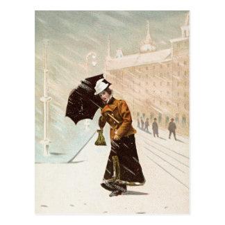 Señora del vintage en la tormenta de la nieve tarjetas postales