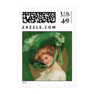 Señora del vintage en pequeño franqueo verde
