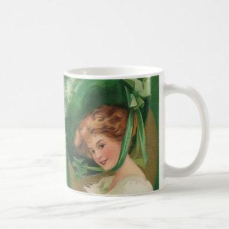 Señora del vintage en taza verde