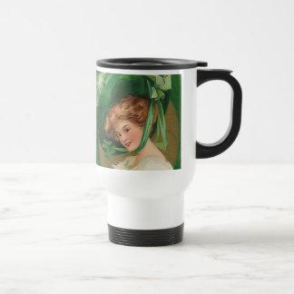 Señora del vintage en taza verde del viaje