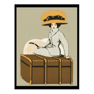 Señora del vintage en tronco del viaje postal