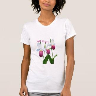 Señora deslizadores en una camiseta playera