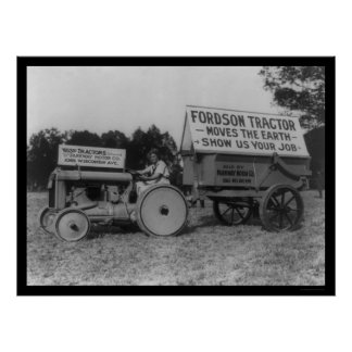 Señora Driving un nuevo tractor 1921 de Fordson Posters