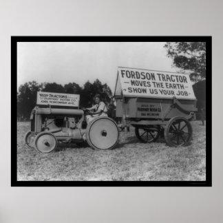 Señora Driving un nuevo tractor 1921 de Fordson Póster