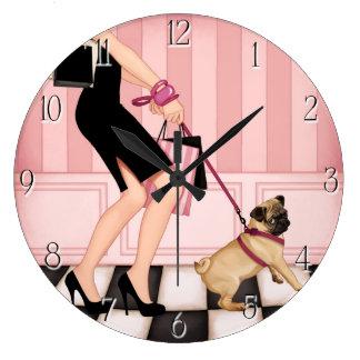 Señora elegante que camina su barro amasado relojes