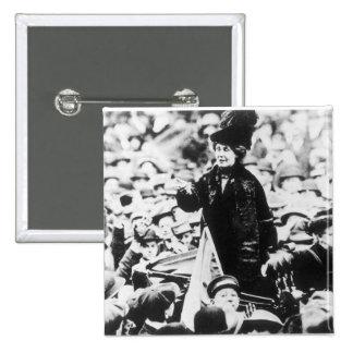 Señora Emmeline Pankhurst Addressing una muchedumb Pin Cuadrada 5 Cm