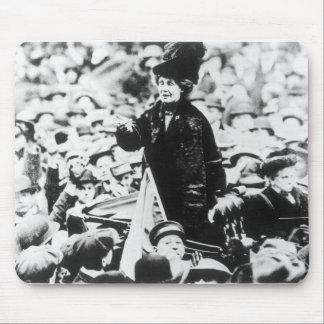 Señora Emmeline Pankhurst Addressing una muchedumb Tapetes De Ratones