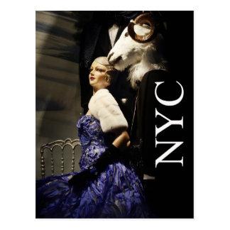 Señora en azul con el maniquí de las ovejas de postales
