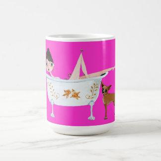 Señora en baño con la taza de café del perro de la
