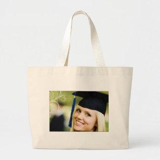 Señora en bolsos del gorra del graduado bolsas