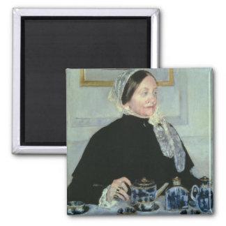 Señora en la tabla de té, 1885 (aceite en lona) imán cuadrado