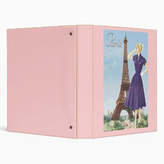 Señora en la torre Eiffel