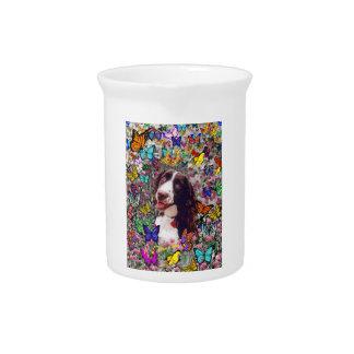 Señora en mariposas - perro del perro de aguas de jarra de beber