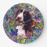Señora en mariposas - perro del perro de aguas de  relojes