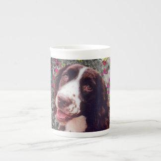 Señora en mariposas - perro del perro de aguas de  taza de porcelana