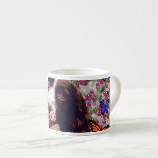 Señora en mariposas - perro del perro de aguas de  taza espresso