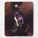 Señora en negro con un cojín de ratón del galgo tapete de ratón