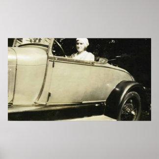 señora en su primer poster del coche