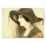 señora en tarjeta del gorra negro