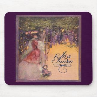 Señora en un jardín de las glicinias tapetes de ratones