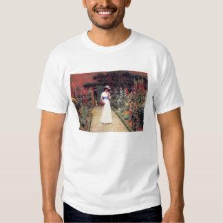 Señora en una camiseta del jardín playera